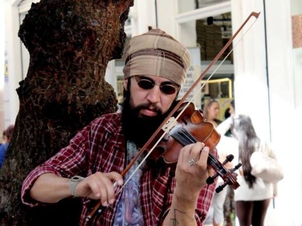 Tocando violino, artista de rua quer percorrer 25 países da América Latina (Foto: Arquivo Pessoal/Aislynn de Aquino)