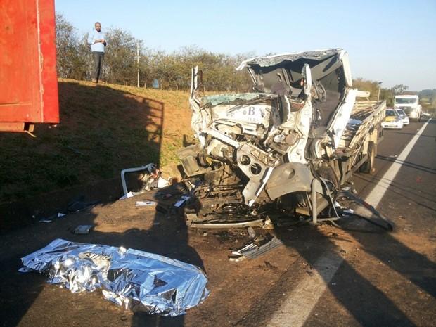 Passageiro morreu no local e, o motorista foi socorrido, mas não resistiu (Foto: Cesar Evaristo/TV TEM)