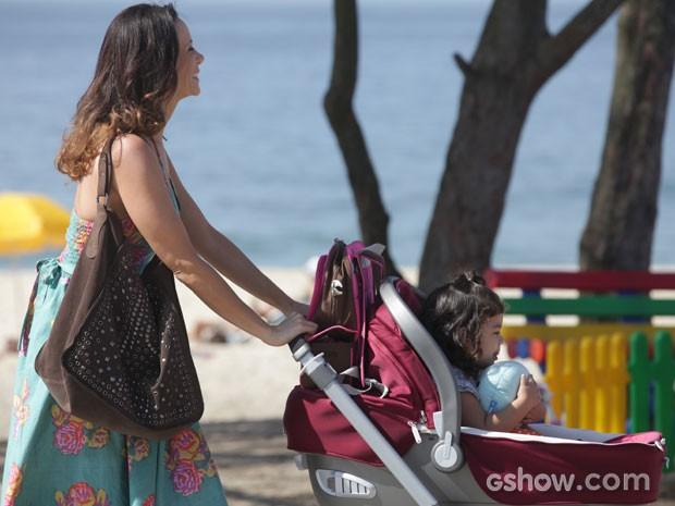 Juliana sai feliz e contente com a criança pelo calçadão... (Foto: Pedro Curi/TV Globo)