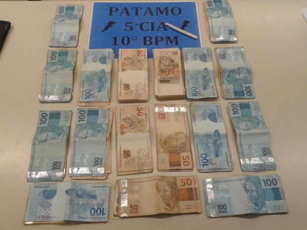 Quantia em dinheiro apreendida com os suspeitos (Foto: Divulgação/Polícia Militar)