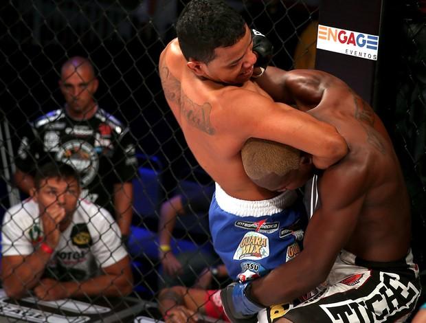 Arinaldo da Silva x Sidney Abedi no Jungle Fight (Foto: Jefferson Bernardes / Divulgação)