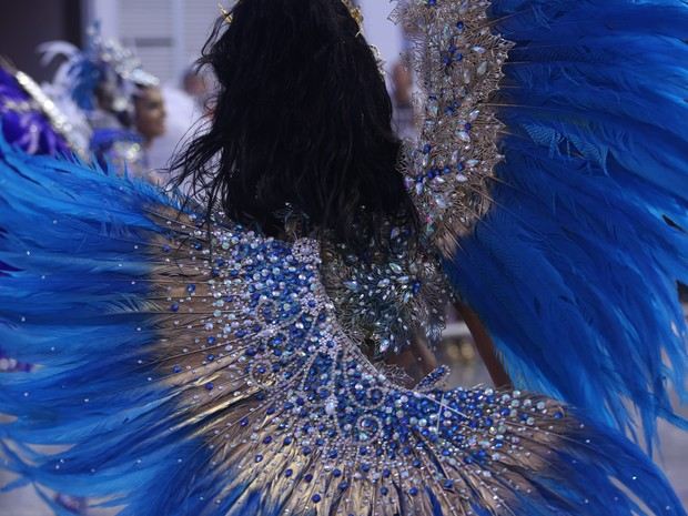 Uma das asas da fantasia de Cinthia Santos se quebrou durante o desfile (Foto: Raul Zito/G1)