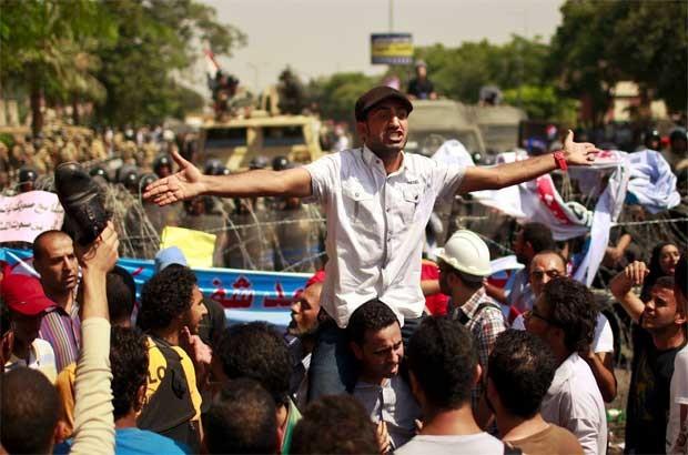 Protestantes fazem manifestação em frente ao Tribunal SUprem em Cairo, Egito, nesta quinta (14), após decisão que anulou a câmara baixa do parlamento (Foto: Reuters)