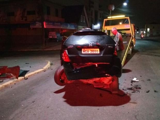 Carro foi removido durante a madrugada do local do acidente (Foto: PM/Divulgação)
