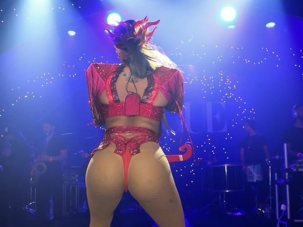 Anitta faz show em baile de carnaval em São Paulo (Foto: Manuela Scarpa e Iwi Onodera/ Brazil News)