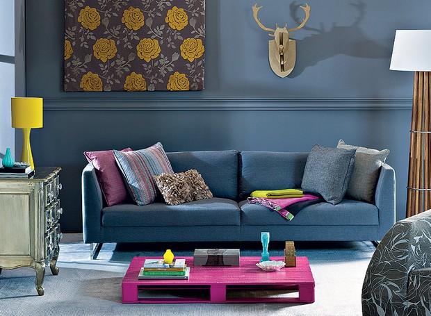 Divertido: o alce de MDF, em parceria com a mesa improvisada feita de paletes de madeira, deixa a sala bem-humorada. Pintada de pink, a peça alegra o ambiente, que tem parede cinza (Foto: Dulla/Casa e Jardim)