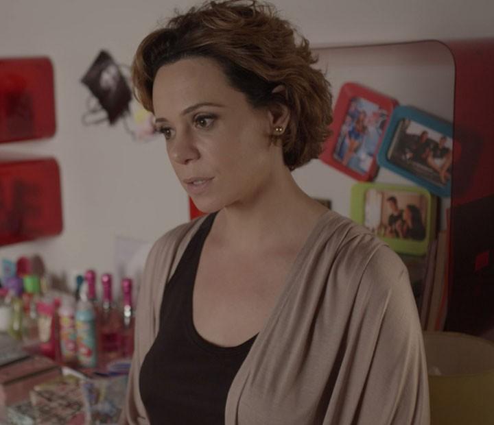 Ana quer saber se Roger está pressionando Lívia para ir para a cama com a filha (Foto: TV Globo)