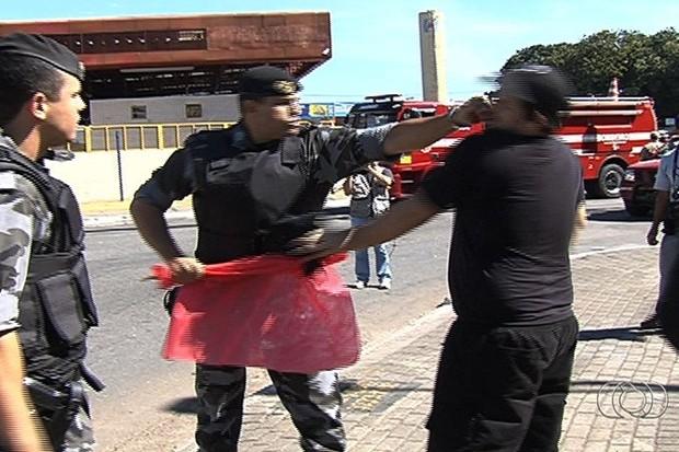 PM dá soco em estudante durante protesto em Goiânia (Foto: Reprodução/TV Anhanguera)