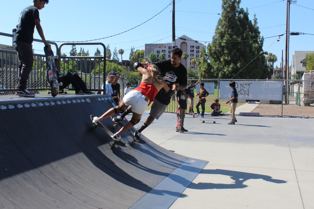 Enquanto conhecia a história de Vinícius para o California Onboard, Maya teve aulas de skate (Foto: Iris Correia)