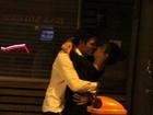 Cleo Pires e Rômulo Neto trocam beijos apaixonados