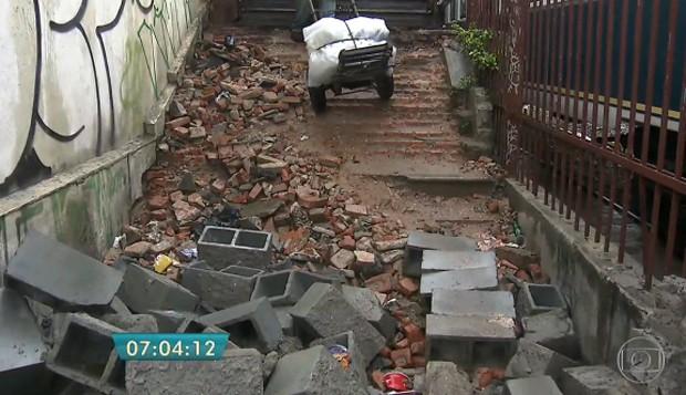 Além das ferrugens, entulhos, blocos de concreto e barro atrapalham o acesso. (Foto: Reprodução/TV Globo)