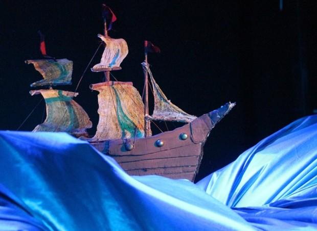 A peça tem um visível cuidado com a produção (Foto: Divulgação/ Kelly Santos)