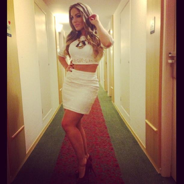 Anamara sensualiza de branco e deixa barriga de fora (Foto: reprodução do Instagram)