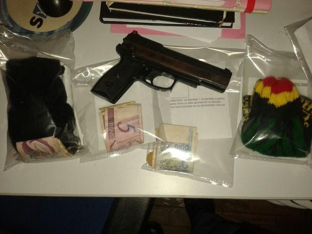 Arma de brinquedo e dinheiro do assalto foram apreendidos pela PM em Santa Rita do Passa Quatro (Foto: Osni Martins/Arquivo Pessoal)