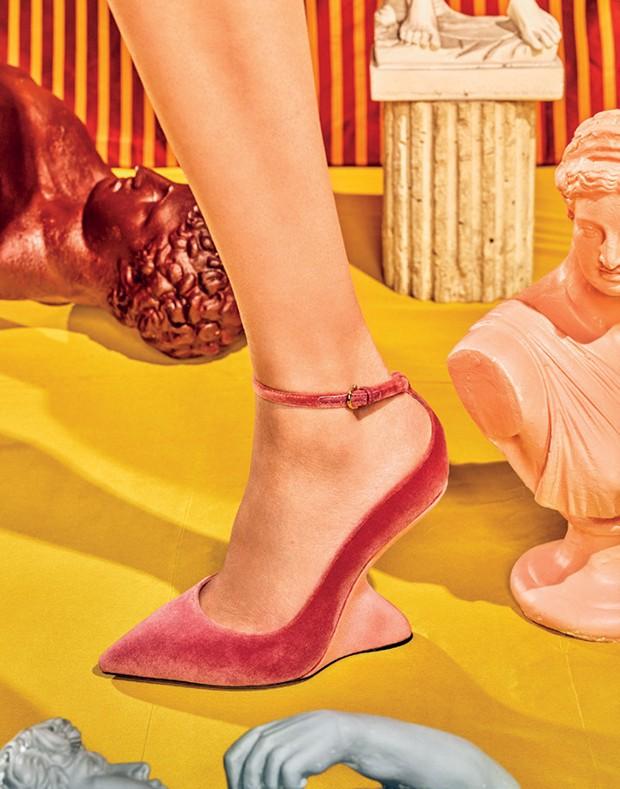Sandália inspirada no salto F, criado por Salvatore Ferragamo nos anos 40 (Foto: Mónica Suárez de Tangil/Condé Nast Archive, Grant Cornett/ Condé Nast Archive, Christian Vierig/Getty Images e Divulgação)