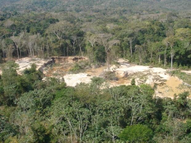 Além da extração irregular, acusados devem responder por degradação ambiental. (Foto: Polícia Militar)