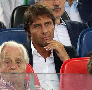 Antonio Conte, técnico da Seleção da Itália, assiste ao jogo entre Roma vs Fiorentina (Foto: EFE)