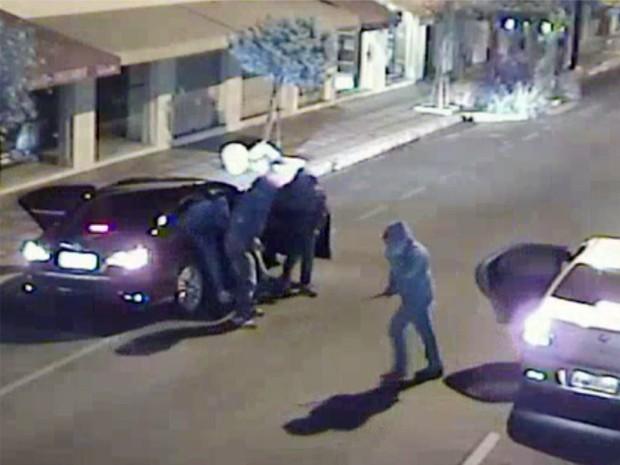 Câmeras de segurança registram explosão de caixa em Jacutinga  (Foto: (Foto: Reprodução / EPTV))