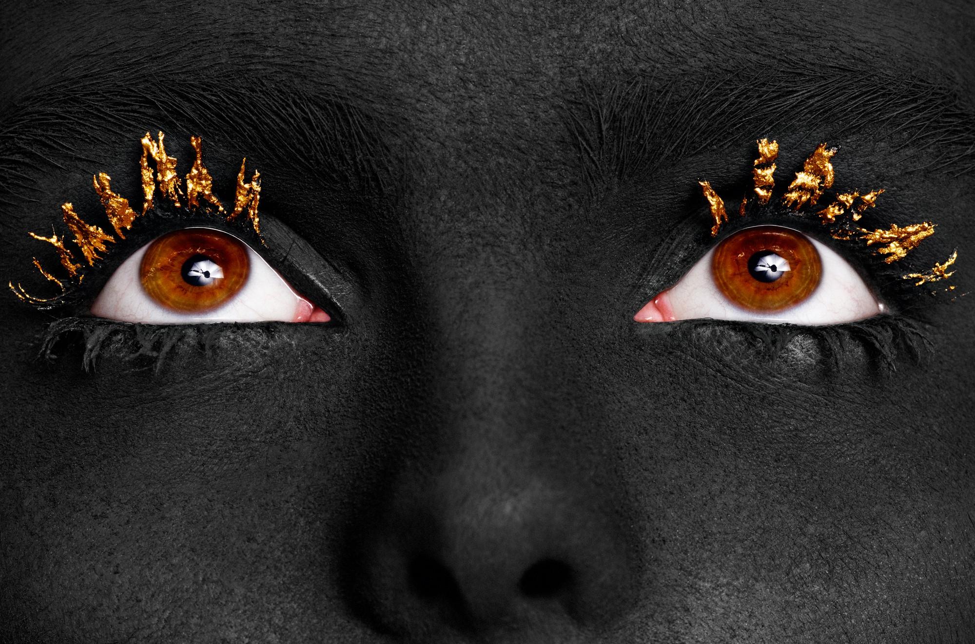 Creme hidratante, Embryolisse; Charcoal Character Powder, Ben Nye; Black Ecstasy Mascara, Giorgio Armani Beauty; Mettalic Powder e Mixing Liquid na cor Gold, Mehron.  (Foto: Baard Lunde)