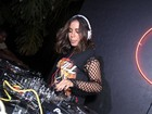 Anitta comanda as carrapetas em festa no Rio