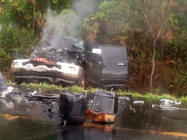 Um veículo pegou fogo após bater em um caminhão no Km 490 da BR-262, entre Moema e Bom Despacho, no Centro-Oeste do estado. No veículo havia apenas o motorista, que não se feriu, segundo a Polícia Rodoviária Federal (PRF). Com o acidente, parte da carga do caminhão da Companhia de Saneamento de Minas Gerais (Copasa) ficou espalhada na pista, que chegou a ficar parcialmente interditada. Ainda de acordo com a PRF, o material já está sendo retirado.  (Foto: Karllos Soares)