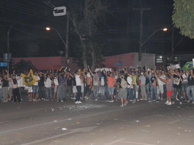 Manifestantes em confronto com o Bope, no Centro de Macapá (Foto: Gabriel Penha/G1)