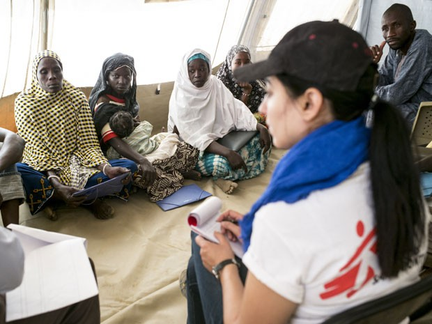 A MSF conduz consultas voltadas para saúde mental no campo de refugiados de Dar Es Salaam (Foto: Sylvain Cherkaoui/Cosmos/ Médico Sem Fronteiras)