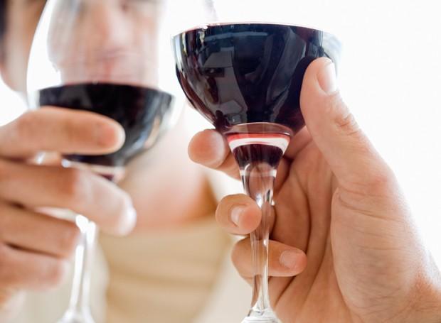 Caiu vinho no sofá? Use um pano branco para absorver a mancha (Foto: ThinkStock)