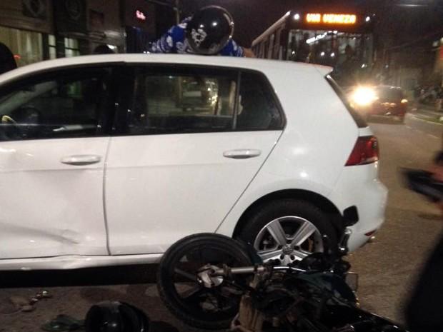 Moto colidiu contra a lateral de carro e vítimas foram atendidas (Foto: Carlos Martins/Arquivo Pessoal)