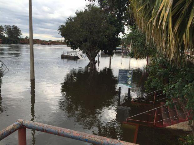 Força e volume das águas também invadiram avenidas de Barra Bonita e Igaraçu do Tietê (Foto: Giuliano Tamura/TV TEM)