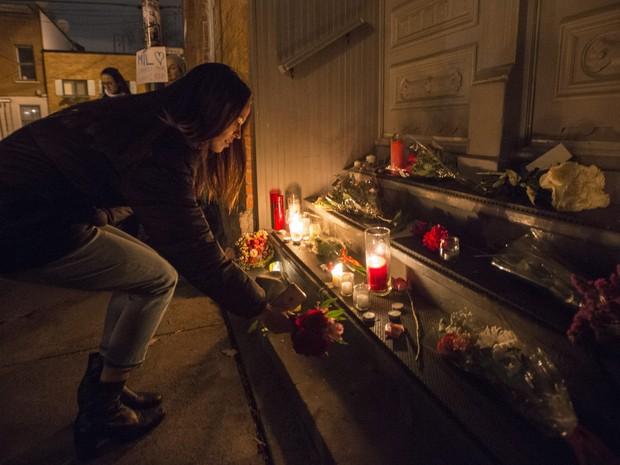 Fã presta homenagem a Leonard Cohen em frente à casa do músico, em Montreal (Foto: Paul Chiasson/The Canadian Press via AP)
