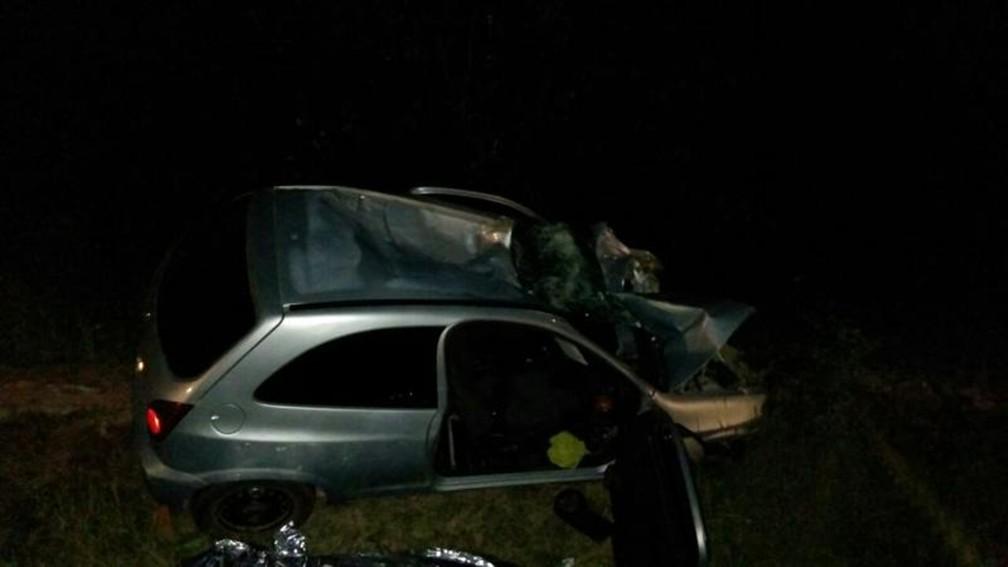 Com impacto da batida, motorista do veículo foi arremessado para fora do carro (Foto: Arquivo Pessoal)