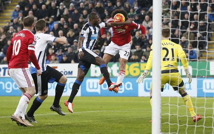 Chancel Mbemba x Fellaini Manchester United x Newcastle (Foto: Reuters)