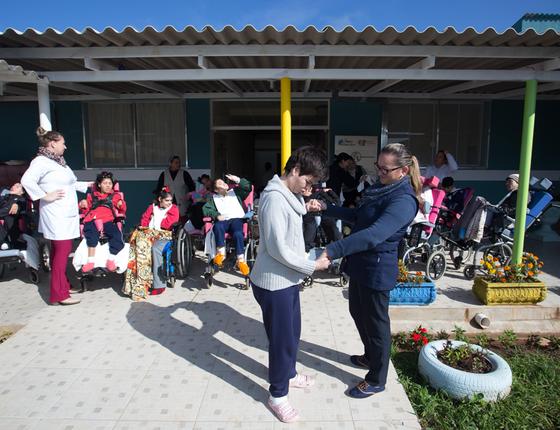 No Pequeno Cotolengo,em Curitiba,pessoas com deficiciência múltipla vencem o abandono (Foto:  Guilherme Pupo/ÉPOCA)