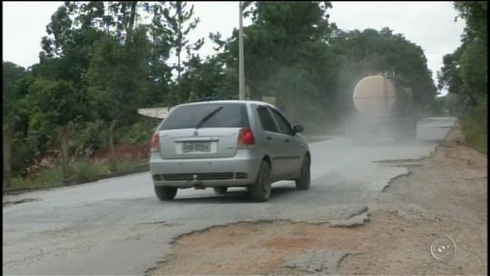 Buracos em vicinal entre Nova Campina e Itapeva causam prejuízos