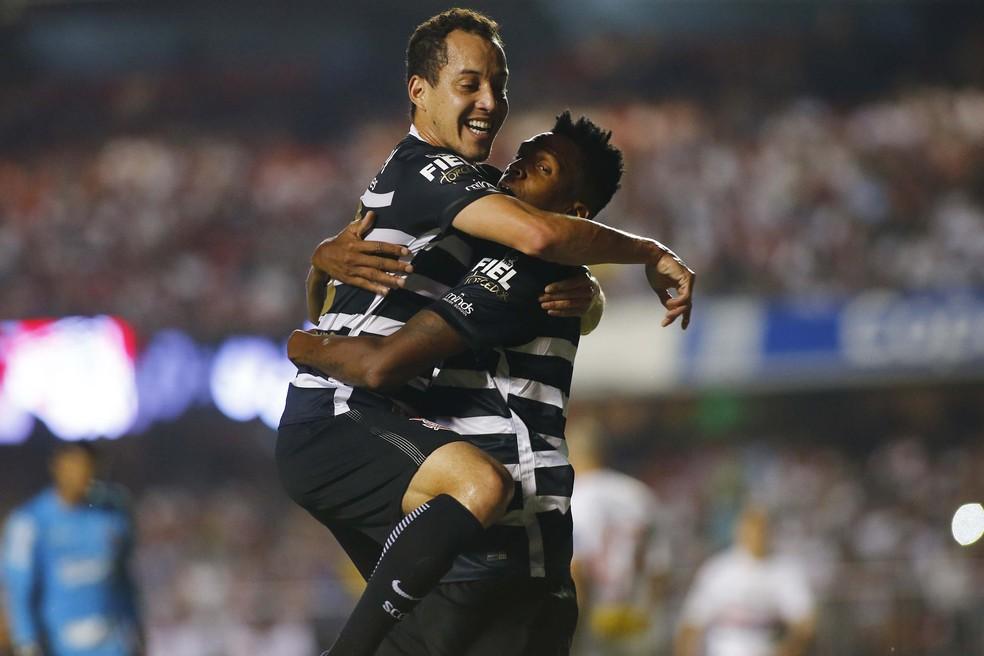 Rodriguinho e Jô comandam as ações ofensivas do Corinthians, que agora erra menos passes  (Foto: Futura Press)