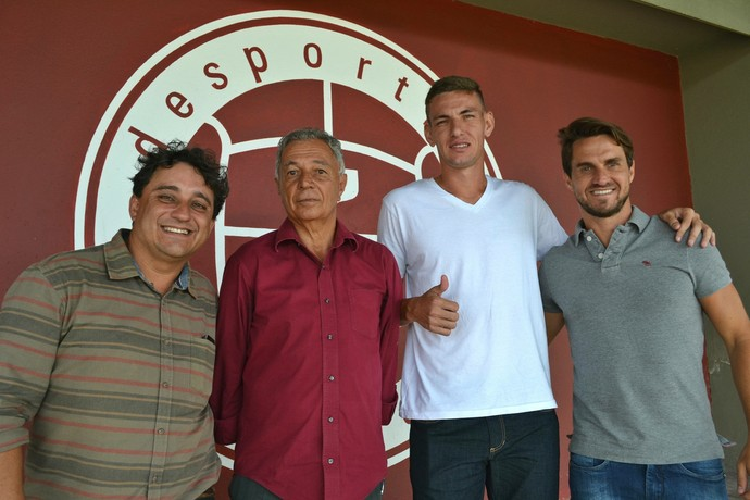 Zagueiro Willyan ao lado do -exjogador Sávio, que intermediou sua negociação com o Flamengo (Foto: Henrique Montovanelli/Desportiva Ferroviária)