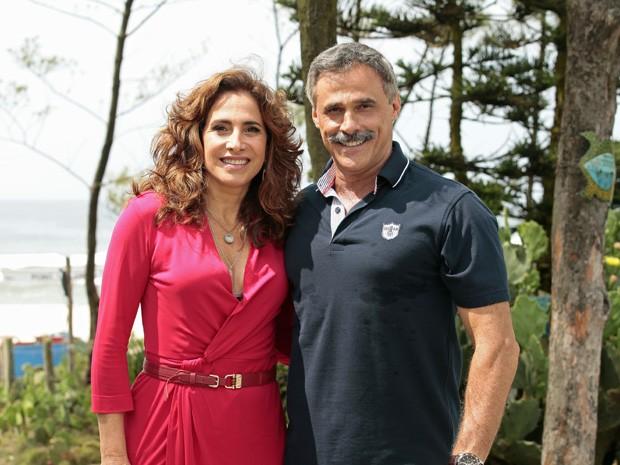 Totia Meireles e Oscar Magrini gravam juntos na praia. O que será que vai rolar entre esses dois? (Foto: Salve Jorge/TV Globo)