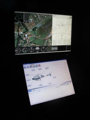 Mesa de controle determina condições do voo, variáveis meteorológicas e aciona simulações de panes (Foto: Nathália Duarte/G1)
