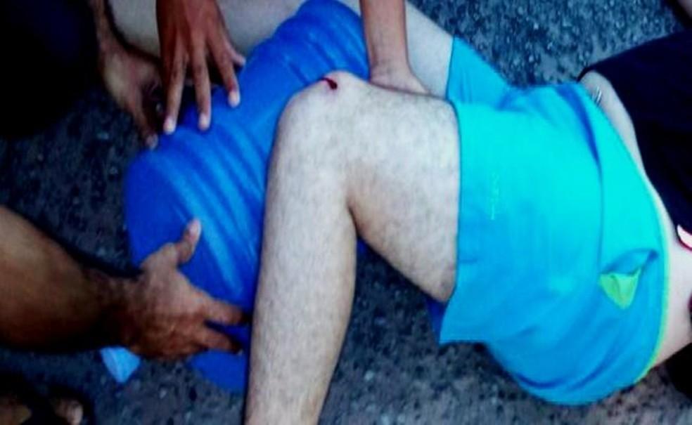 Baleado em uma das pernas e em um dos braços, advogado foi socorrido  (Foto: PRF/Divulgação)