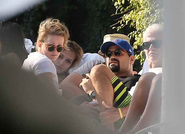 Leonardo Di Caprio é clicada na beira da piscina com suposta nova namorada, Margot Robbie (Foto: Grosby Group)