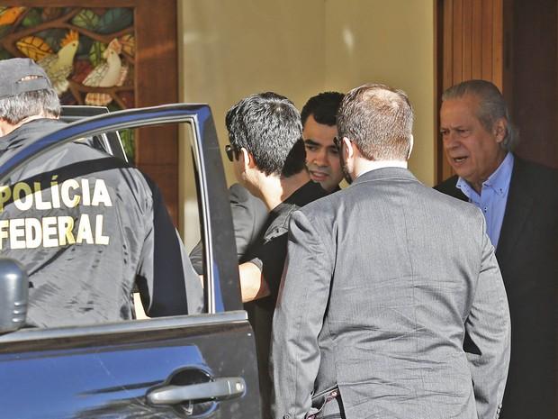 O ex-ministro da Casa Civil José Dirceu é preso em casa em Brasília como parte da 17ª fase da Operação Lava Jato, batizada de Pixuleco. O irmão dele Luiz Eduardo de Oliveira e Silva também foi preso, em Ribeirão Preto (SP), e há outros mandados de prisão (Foto: Dida Sampaio/Estadão Conteúdo)
