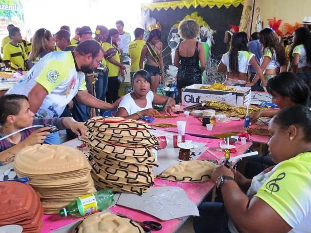 Aderecista preparando as fantasias da escola de samba para o carnaval 2015 (Foto: Bola Preta de Sobradinho/Divulgação)