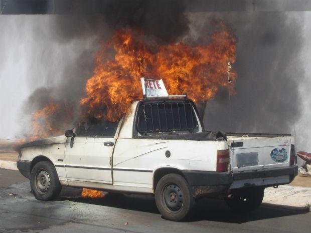 Carro utilizado para frete ficou parcialmente destruído após incêndio (Foto: Sérgio Pavão/VC no G1 MS)