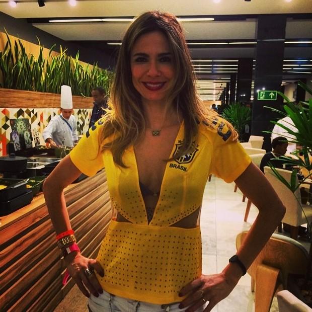Luciana Gimenez usa blusa do Brasil decotada (Foto: Reprodução do Instagram)