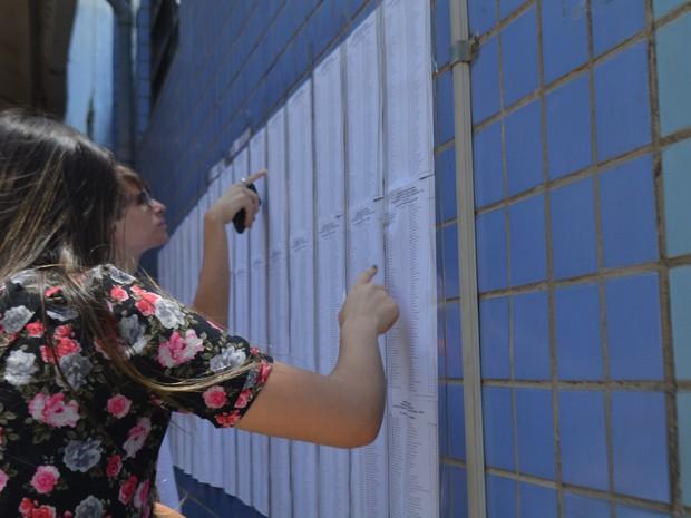 Vestibulandos conferem nome na lista do vestibular da Unicamp em Campinas (SP) (Foto: Marina Ortiz/ G1)