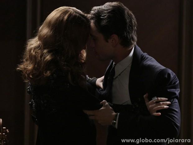 Sílvia empurra o cunhado e depois dá um tapa na sua cara (Foto: Fábio Rocha/TV Globo)