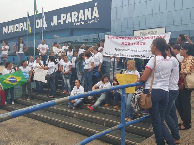 Em Ji-Paraná, protesto aconteceu em frente da Câmara (Foto: Pâmela Fernandes/G1)