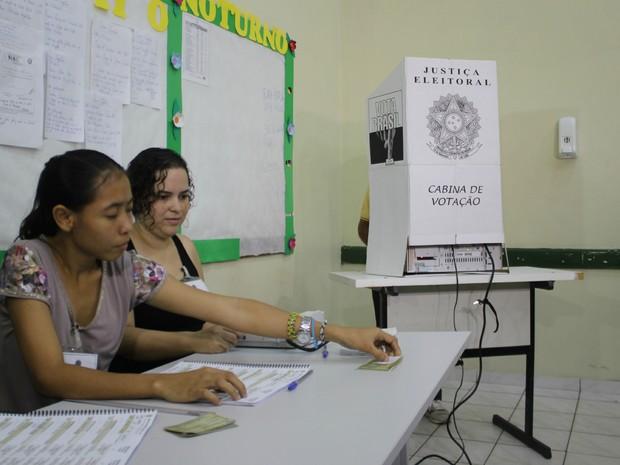 Mesários em seção eleitoral da Zona Centro-Sul de Manaus (Foto: Suelen Gonçalves/G1 AM)