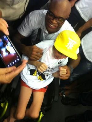 Anderson Silva com criança tetraplégica (Foto: Ana Hissa)